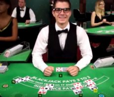 Bekijk hoe P. Ness een heel aantal blackjack croupiers aan het lachen krijgt