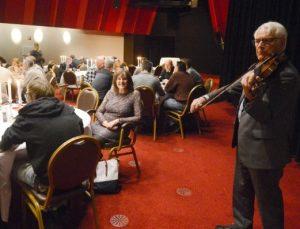 Tubantia schrijft over de 100 daklozen die bij Holland Casino een kerstmaal kregen