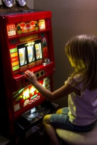 kind speelt gok machine onlinecasino.nl